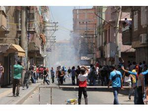 PKK sempatizanları 2. Hava Kuvveti Komutanlığı'ndaki Türk bayrağını indirdi