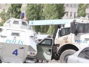 Hakkari'de olaylar çıktı, göstericiler kışlaya saldırdı