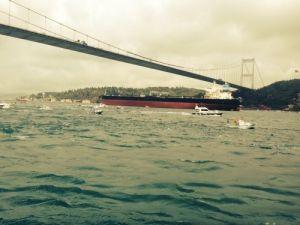 Boğaz'dan geçen petrol gemisine sirenli protesto