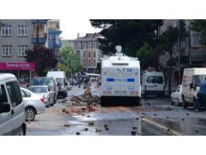 Bağcılar'da yürüyüş yapan grup polise saldırdı