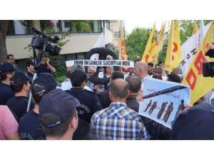 İran Cumhurbaşkanı Ruhani'ye 'siyah' çelenkli protesto