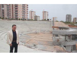 Toroslar'da amfi tiyatro ve yüzme havuzu inşaatları sürüyor