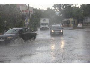 Sağanak yağış Ankara caddelerini göle çevirdi