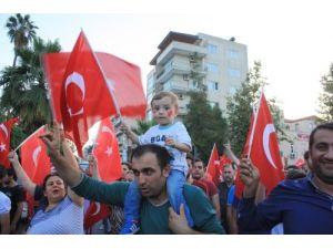 Mersin'de bayrağa saygı yürüyüşü yapıldı