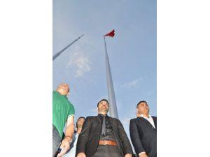 Balıkesirli ülkücüler Atatürk anıtındaki boş direğe bayrak çekti