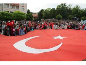 Üniversite öğrencileri bayrak için yürüdü
