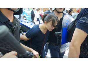 Adalet Bakanlığı önünde 'kırmızı boyalı' eylemde 5 gözaltı