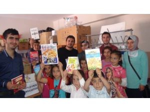 Üniversiteli öğrencilerden köy okuluna kitap bağışı