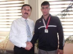 Özel Şehzade Mehmet öğrencisi Deniz güreşte gümüş madalya kazandı