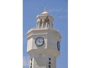 Parkın içindeki saat kulesine yıldırım düştü
