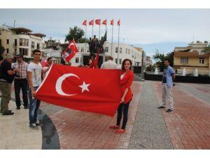 Diyarbakır'daki bayrak indirilmesi Manavgat'ta kınandı