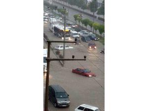 Denizli'de yağmur caddeleri göle çevirdi