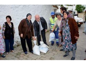 Menteşe Belediyesi badana için vatandaşlara 3 ton kireç dağıttı
