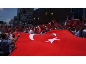 Kızılay'ı trafiğe kapatıp Türk bayrağının indirilmesini protesto ettiler