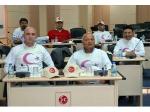 MHP'li meclis üyelerinden bayraklı protesto