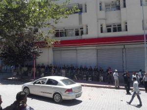 Çiftçiler DEDAŞ'ı yaktı, AK Parti ve belediye binasının camlarını kırdı