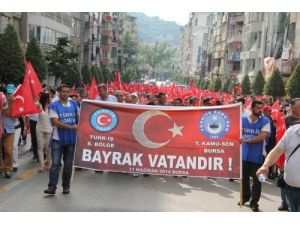 Memur ve işçiler bayrak için yürüdü