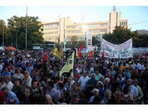 Yunan televizyonunun kapatılmasının birinci yılı protesto edildi