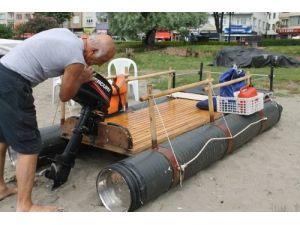 Atık su borusu, saksı ve tepsiden yüzen deniz aracı yaptı