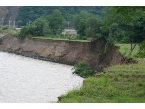 Sakarya Nehri'nin yatağını değiştirdiler vatandaşın arazisini su aldı götürdü