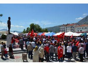 Bayrak indirilmesi protesto edildi