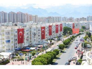 Antalya sokakları dev ay-yıldızlı bayraklarla donatıldı