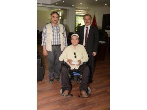 Engelli okul birincisine Başkan Gürlesin'den ödül