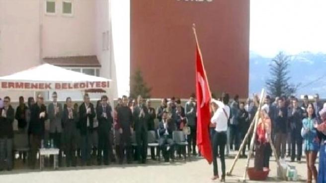 Bayrak Geçişinde Ayağa Kalkmayan Milli Eğitim Müdürünün 'Başı Dönmüş'