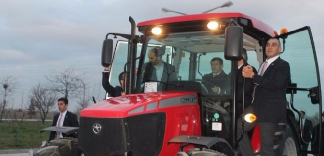 Davutoğlu traktör kullandı