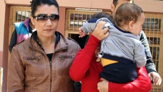 Büyü Bozma Bahanesiyle Dolandırdı, 6 Aylık Bebeğiyle Cezaevine Girdi