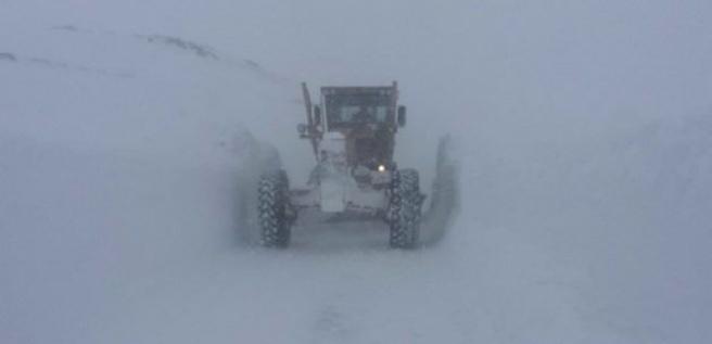 Kar ve fırtına yolu ulaşıma kapattı