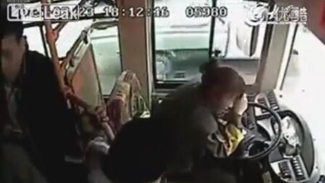 Çin'de, Erkek Yolcu Kadın Şoförü Döve Döve Bayılttı