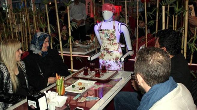 Bu Kafede Çaylar Robottan