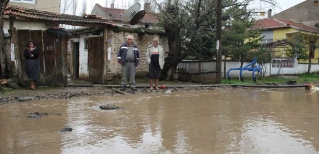 Sağanak yağış su baskınına neden oldu