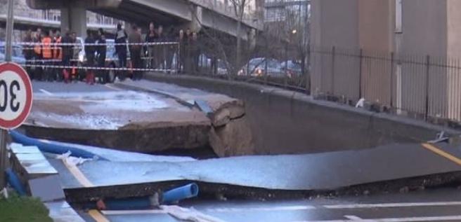 Başkentte su borusu patlayınca yol çöktü