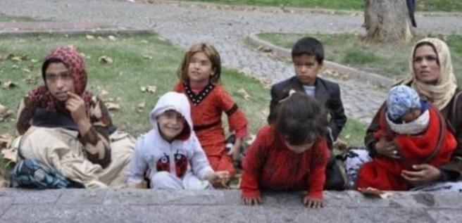 Suriyeli çocuğa zorla mendil sattırdı