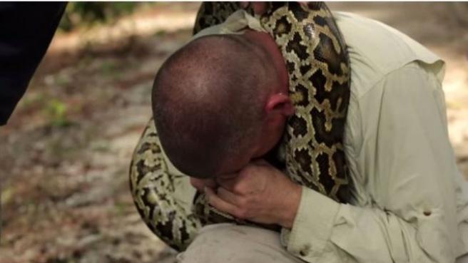 Dev Yılandan Korkmadığını Göstermek İsterken Canından Oluyordu