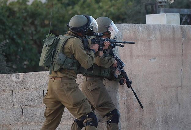 İsrail 13 Filistinliyi Gözaltına Alındı