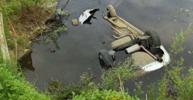 Gölete uçan arabadan çıkamadılar!