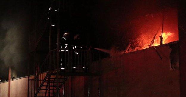 Hadımköy'de tül deposunda yangın