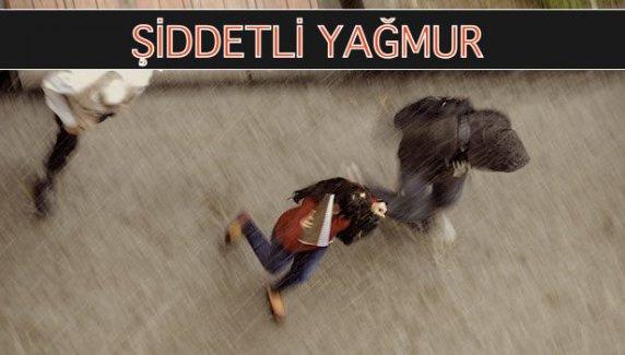 İstanbul'da Beklenen Yağmur, Yıldırım ve Gökgürültüsüyle Geldi