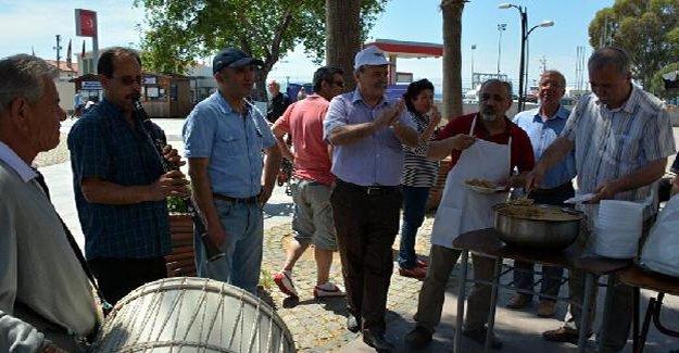 İzmir'de davul zurnayla helva dağıttılar
