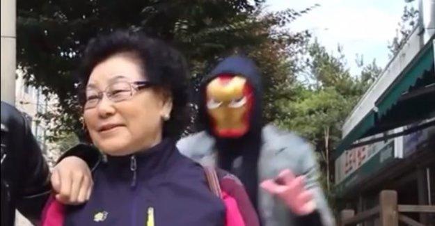 Maskesini çıkarınca şok etti !