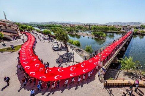 Nevşehir'de dev bayrakla kutlama