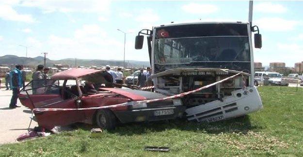 Sivas'ta halk otobüsü otomobille çarpıştı!