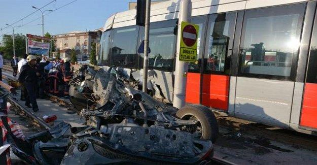 Tramvay yolunda feci kaza!