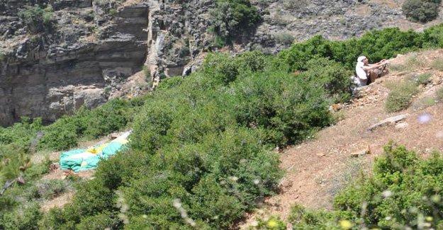 Yamaç paraşütü dolaşıp dağa çakıldı!