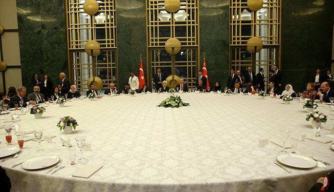 Cumhurbaşkanı Erdoğan, Ramazan ayının ilk iftarını Beştepe Külliyesi'nde şehit yakınlarıyla birlikte yaptı.