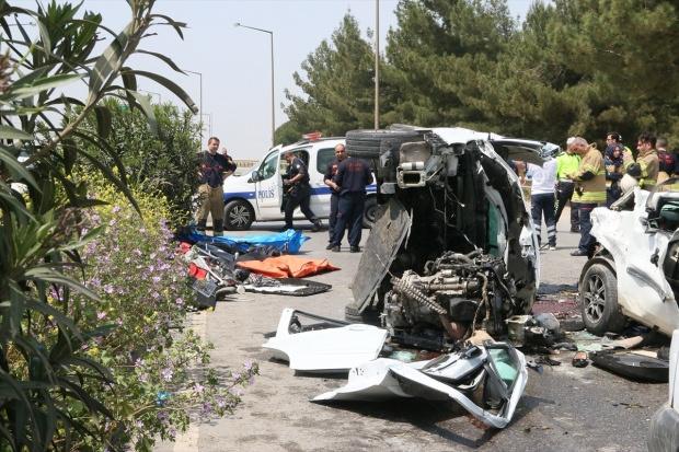 İzmir'de katliam gibi kaza : 3'ü çocuk 7 ölü, 1 yaralı ile ilgili görsel sonucu